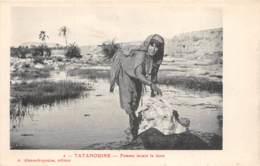 Algérie / 10385 - Tatahouine - Femme Lavant La Laine - Algérie