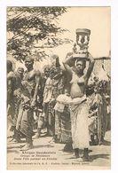 CPA. Dakar. Groupe De Féticheuses.Jeune Fille Portantun Fétiche. .(Nu Ethnique)     (F.389) - Senegal