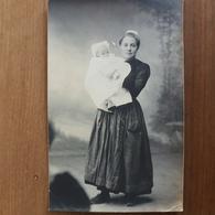 Chateaulin.carte Photo Jeune Femme Et Bébé, Coiffe Costume Breton,famille Le Doaré - Châteaulin