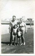 FAMILIA EN LA PLAYA / FAMILY AT THE BEACH 1961 TRAJE DE BAÑO MAILLOTS SWIMSUITS OLD FASHION PHOTO FOTO - LILHU - Personas Anónimos