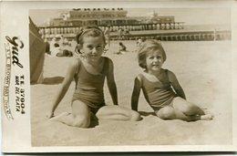 TWO LITTLE GIRLS ON THE BEACH / DOS NIÑAS EN LA PLAYA 1961 TRAJE DE BAÑO MAILLOTS SWIMSUITS OLD FASHION PHOTO FOTO LILHU - Personas Anónimos