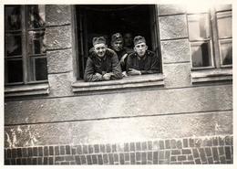Photo Originale Guerre 1939-45 Soldats Allemands De La Wehrmacht à La Fenêtre - Yform 1939 - Guerre, Militaire