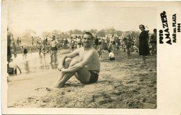 MAN SITTING ON THE BEACH /HOMBRE SETADO EN LA PLAYA 1944 TRAJE DE BAÑO MAILLOTS SWIMSUITS OLD FASHION FOTO PHOTO - LILHU - Personnes Anonymes
