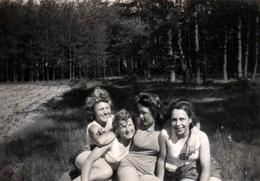 Photo Originale Guerre 1939-45 Jeunes Filles Du III Reich & Bund Deutscher Mädel (BDM) Nazisme & Insouciance Des Copines - Guerre, Militaire