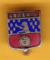 Broche En Laiton émaillé - Luxeuil (70) - Pas Un Pin's - Ecusson - Armoiries - Blasons - Héraldique - Ville - Obj. 'Souvenir De'