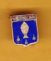 Broche En Laiton émaillé - Vezelay (89) - Pas Un Pin's - Ecusson - Armoiries - Blasons - Héraldique - Ville - Obj. 'Souvenir De'