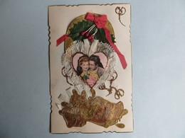 CPA Belle Carte Fantaisie Brodee Couple D'amoureux Dentelles Médaillon Noeud De Soir Décor Houx Paillette Sabot Doré - Brodées