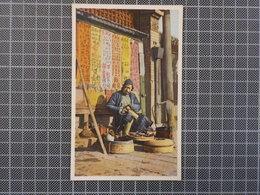 9420) China Chine Peking Shoemaker At Work On The Road Ed. Hartung's Photo Shop - China