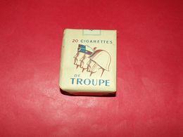 PAQUET DE 20 CIGARETTES DE TROUPE MODELE AVEC DES SOLDATS DES 3 ARMES DE PROFIL , ANNEE 1950 GUERRE INDOCHINE , BON ETAT - Equipement