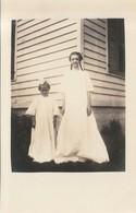 Junges Mädchen Mit Zöpfen Und Kind  ,   Ca.9 X 13 Cm - Postcards
