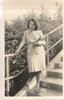 Junge Frau Auf Treppe    Ca.9 X 13 Cm - Postcards
