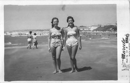 PIN UP FASHION WOMEN FEMMES Vtg Carte Photo 1958 Teen Girls S Nude Nu In Swimsuit Walking By The Beach - Pin-ups