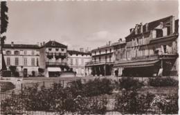 Bt - Cpsm Petit Format PONS (Charente Maritime) - Place De La République - Pons