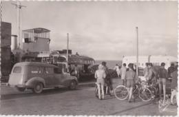 Bt - Cpsm Petit Format ILE D'OLERON (Charente Maritime) - L'Embarquement Sur Le Bac Conduisant Au Chapus (Peugeot 403) - Ile D'Oléron
