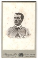 Fotografie Samson & Co., Karlsruhe, Portrait Soldat In Uniform Mit Kordeln - Oorlog, Militair