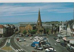 SAINT PAIR SUR MER (50). La Place Et L'Eglise, Au Loin Granville. Nombreuses Voitures (Transports: Automobile) - Saint Pair Sur Mer