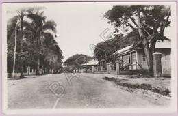 Brazzaville (Congo) - (Autrefois En A. E. F.) - Cité Militaire Sur La Rue D'Ouesso (Daté Au Verso En 1936) - Congo Français - Autres
