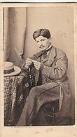 PHOTO CDV HOMME ELEGANT AU CHAPEAU QUI ROULE UNE CIGARETTE  MODE SECOND EMPIRE  CABINET MALARDOT A METZ - Ancianas (antes De 1900)