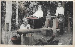 ASIE - LAOS -  1920 -  LAO WOMEN POUNDING RICE -  CARTE COLORISEE - Laos