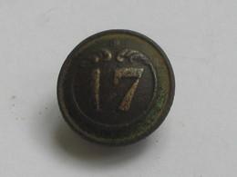 Ancien Bouton Militaire - Bombé - Petit Modèle -  N° 17   **** EN ACHAT IMMEDIAT **** - Boutons