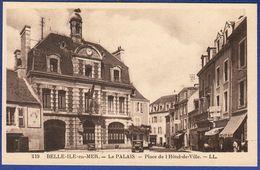 56 BELLE ILE EN MER Le Palais, Place De L'Hôtel De Ville ; Commerces, Voiture - Animée - Belle Ile En Mer