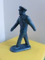 165 - Figurine - Officier Marin Qui Défile - Plastique Bleu Monochrome - Leger
