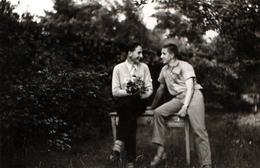 Photo Originale Gay & Playboy - Couple De Garçons Sur Un Banc Et Déclaration De Flamme En 1958 - Coming Out ! - Personnes Anonymes