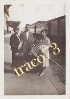 CASALE MONFERRATO? _ Anni '30 /  Giovani In Posa Alla Stazione Ferroviaria  _ Foto Formato 6 X 9 Cm. - Luoghi