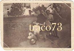 VESPA PIAGGIO Anni'50 /  Giovani In Posa _ Foto Formato 6 X 8,5 Cm. - Ciclismo