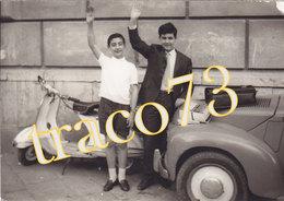 VESPA PIAGGIO _ 1964 /  Giovani In Posa _ Foto Formato 9 X 12,5 Cm. - Ciclismo