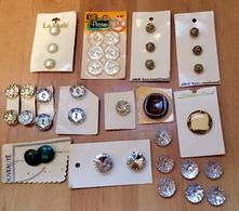 Lot De Boutons De Mercerie Sur Cartes Pour Collection, Couture, Tricot Ou Décoration - Boutons
