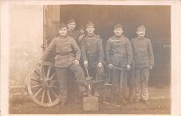 ¤¤  -  Carte-Photo Militaire Non Située De Soldats En Uniformes  -  Menuisiers , Charron    -   ¤¤ - Uniformes