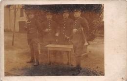 """¤¤  -  Carte-Photo Militaire Non Située De Soldats En Uniformes  -  """" 18 """" Sur Les Cols  -  Clairon    -   ¤¤ - Uniformes"""