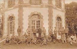¤¤  -  Carte-Photo Militaire Non Située De Soldats En Uniformes Devant Un Chateau En 1918  -  ¤¤ - Uniformes