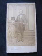 Ancienne Photo Cdv Originale Homme Important Chapeau Haut De Forme Photographie Universelle Nantes Rue Du Vertais - Anonymous Persons