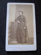 Ancienne Photo Cdv Originale Femme En Costume Et Coiffe Peigné à Nantes - Personnes Anonymes