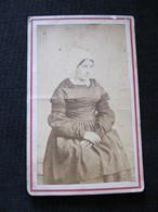 Ancienne Photo Cdv Originale Femme En Costume Et Coiffe - Personnes Anonymes