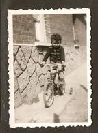 PHOTO ORIGINALE - PETIT GARCON VELO A  4 ROUES ROULETTES - SMALL BOY 4 WHEEL BIKE - Persone Anonimi