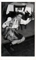 Carte Photo Originale Santé, Hygiène & Salubrité, Pin-Up Déguisée Saoul à Terre La Bouteille De Vin Blanc En Main ! 1952 - Pin-ups