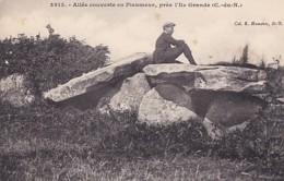 ALLEE COUVERTE EN PLEUMEUR . PRES  L ILE GRANDE - Dolmen & Menhirs