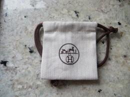 Etui Housse Hermès Pour Bijou Et Bracelet - Toile Brodée Cycle  Blason Hermès Avec Le Cheval Tbe - Joyas & Relojería