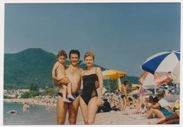 REAL PHOTO, Family On Beach Scene Man Woman Kid  Homme Femme Enfant Sur Plage ORIGINAL - Anonymous Persons