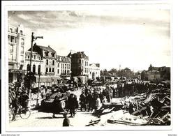 GUERRE 1944 - TROUPES ANGLAISES Entrant Dans DOUAI - BRITISH TROOPS GUARDS ARMOURED DIVISION - Douai