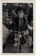 GIOSTRA LUNA PARK BAMBINA SU MOTO CHILD ON MOTORBIKE - FOTOCARTOLINA ORIGINALE - Persone Anonimi