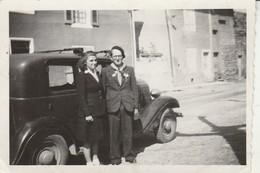 Automobile : Et Couple En Pose à Définir ( Format 8,7cm X 6cm ) - Auto's