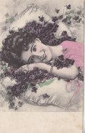 Cpa 2 Scans Belle époque Jeune Fille Romantique Allongée Dans Des Fleurs Violettes éparses Sur Un Coussin N°54 - Women