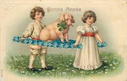 BONNE ANNÉE - Couple D'enfants Et Cochon (carte Gaufrée) - Cochons