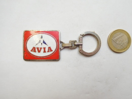 Porte Clés , Carburant Essence AVIA , ELF , N° 30687 , ATTENTION : émail Fissuré - Porte-clefs