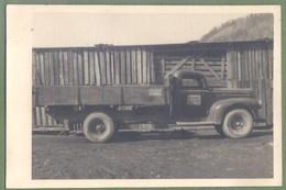 CARTE PHOTO - CAMION DE CHANTIER - ANNÉES 1950 - LIEU A IDENTIFIER - Camions & Poids Lourds