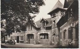 DAV : Vendée :  FONTENAY  Le  COMTE :  Façade De L '  école  Technique  ( Voiture Traction) - Fontenay Le Comte